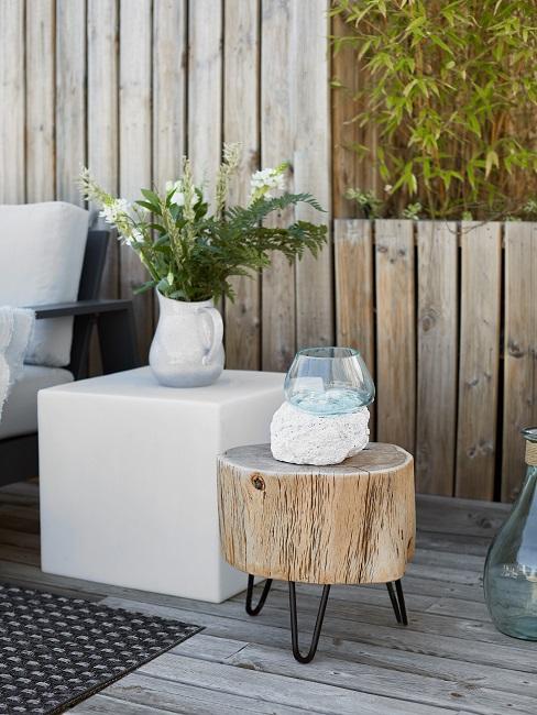Gartentisch Block in Weiß und Gartentisch rund aus Holz mit Vasen