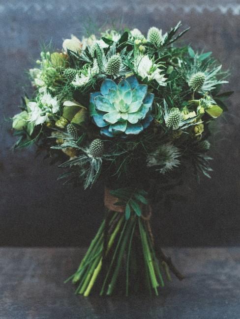 Blumenstrauß mit blaugrünen Blumen