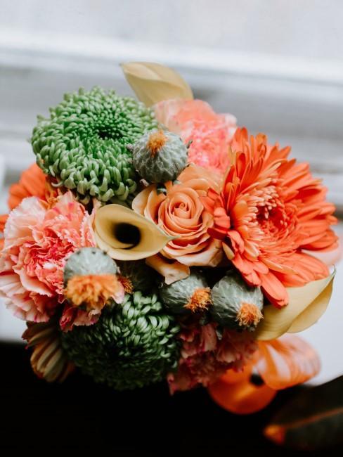 Blumenstrauß mit orangen und grünen Blumen