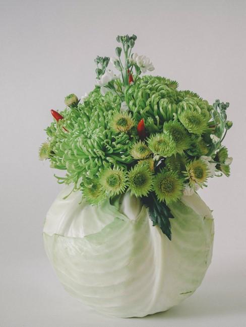 grüne Blumen in Kohlkopf als Tischdeko