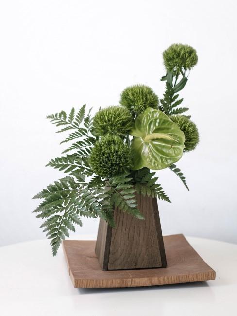 grüne Flamingoblume und grüne Bartnelken in Vase