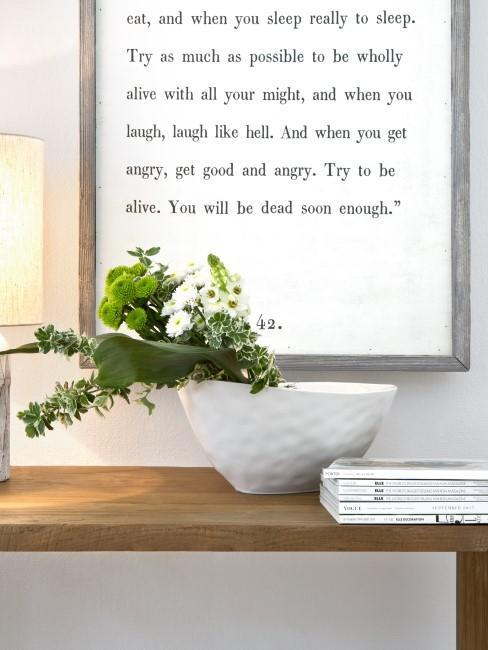 grüne Chrysanthemen und andere Blumen in einer weißen Schale auf einer Konsole