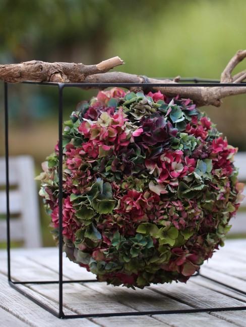 rote und grüne Hortensienblüten als Ball zur Tischdeko