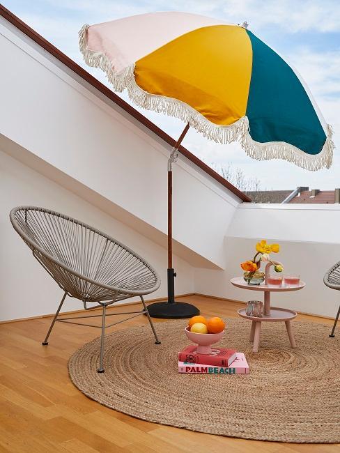 Bunter Sonnenschirm mit Stuhl