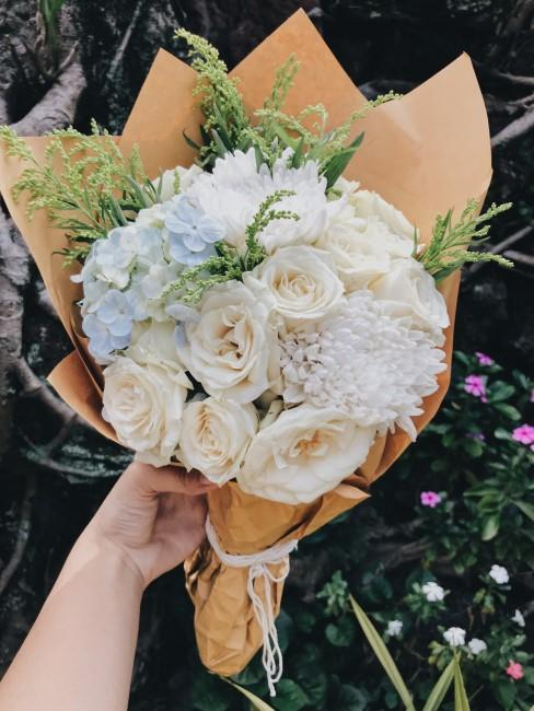 Blumenstrauß mit weißen Blumen