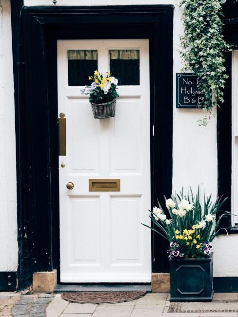 weiße Blumen vor der Haustür