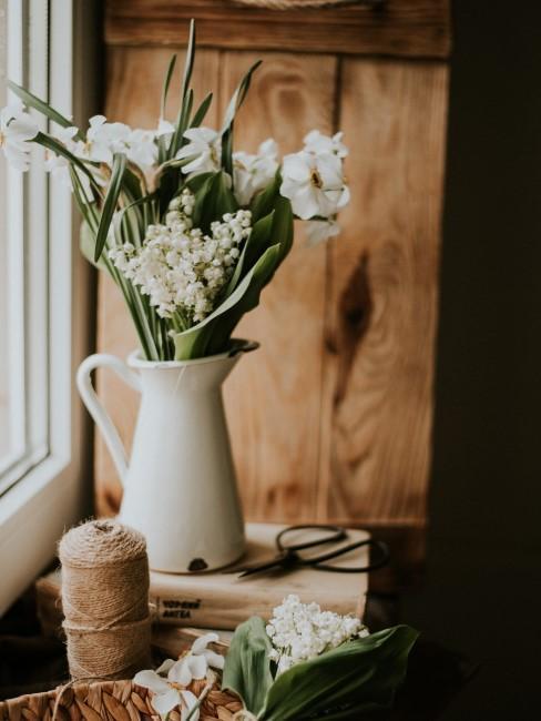 Strauß weiße Blumen in weißer Emaille-Kanne