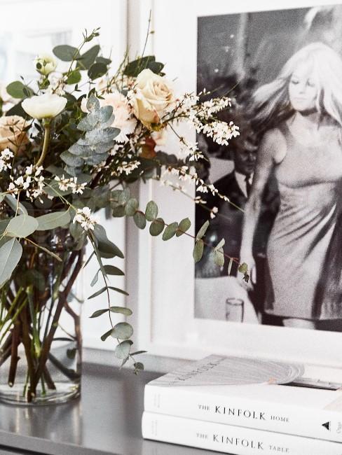 weiße Blumen in Glasvase