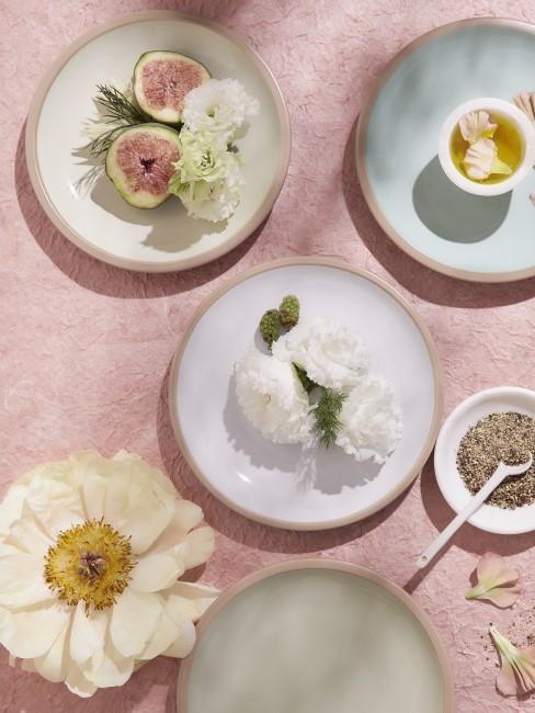 weiße Blüten auf Tellern auf dem Esstisch als Deko