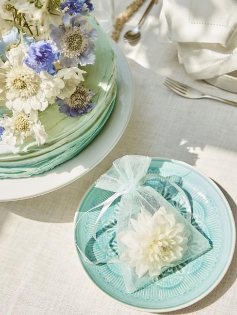 weiße Blüten auf Kuchen und Teller