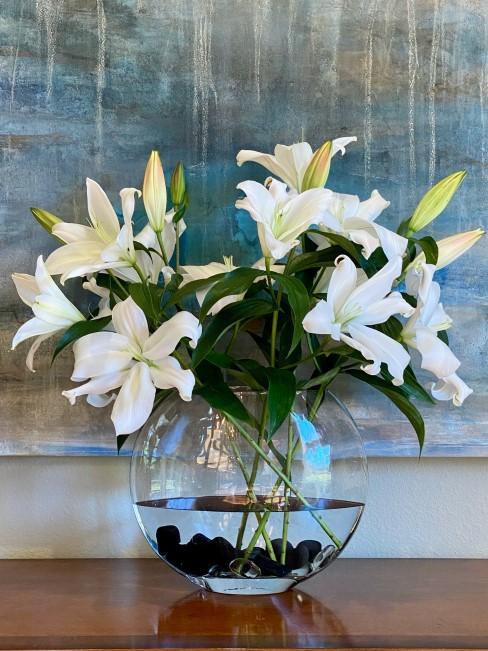 weiße Lilien in Glasvase
