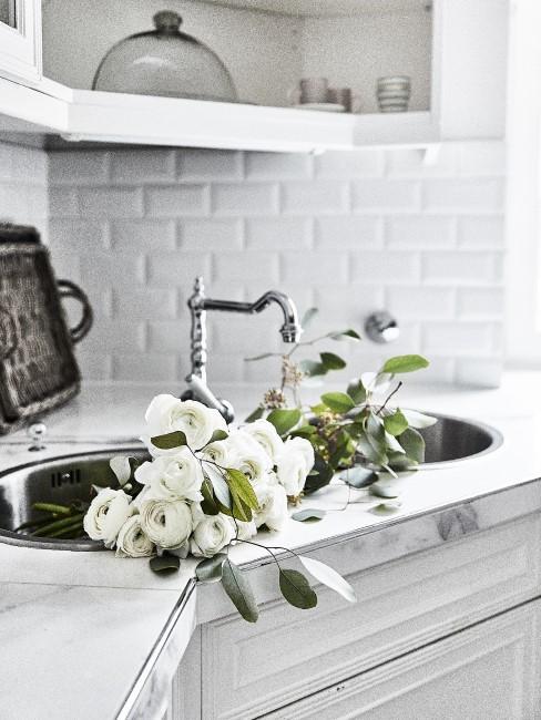 Weiße Ranunkeln in der Küche