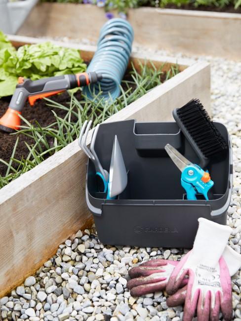 Verschiedenes kleines Gartenzubehör wie Grubber, Handschuhe und Co.