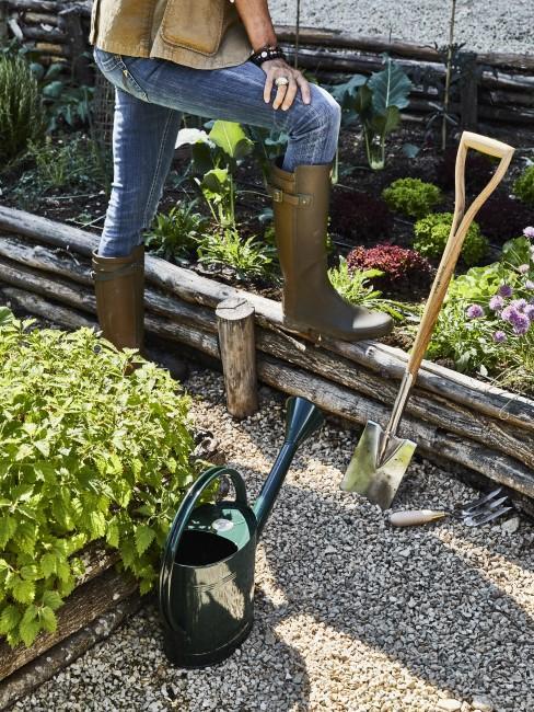 Gießkanne und Schaufel als wichtiges Gartenzubehör