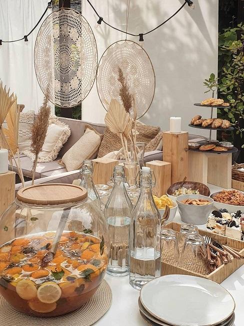 Gedeckter Tisch im Boho Style mit Bowl und Snacks