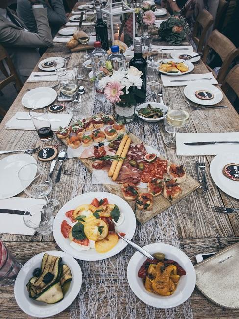 Gedeckter Holztisch mit Essen