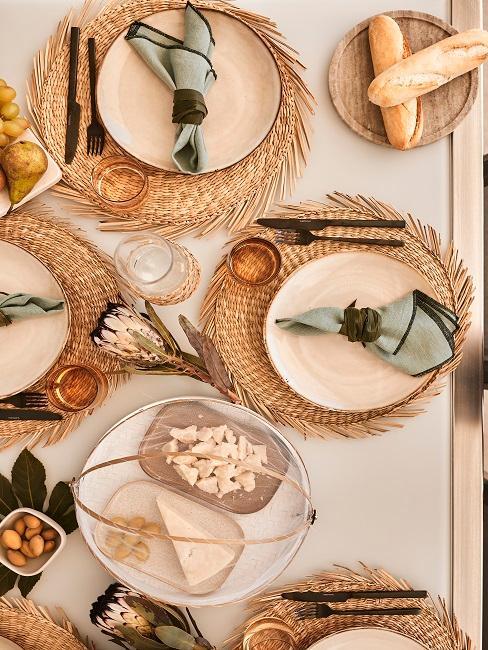 Gedeckter Tisch in der Vogelperspektive