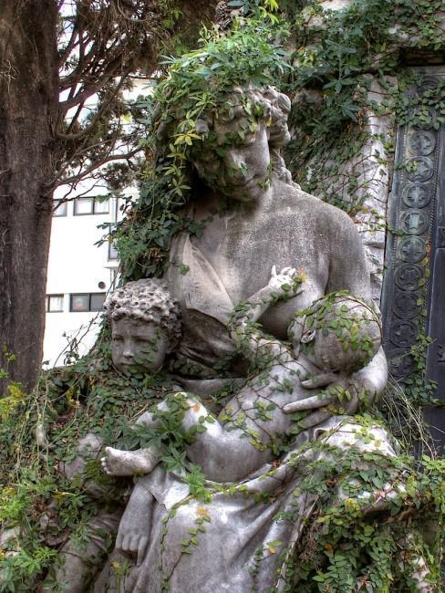 Efeu rankt an Frauenstatue