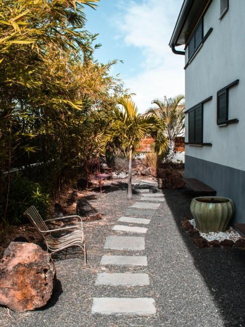 Trittsteine auf Kies für den modernen Gartenweg