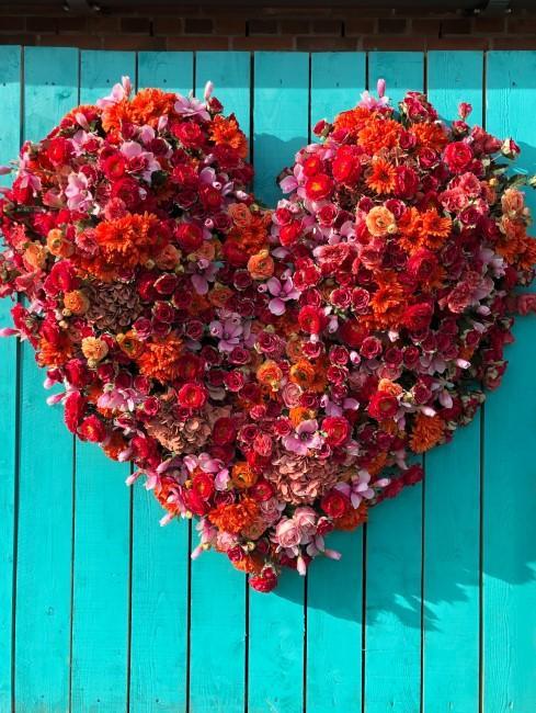 Herz aus roten Blumen als Deko