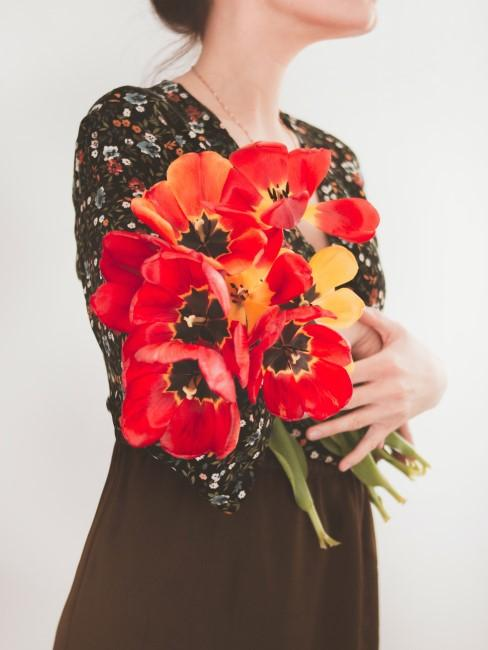 rote Tulpen als Geschenk