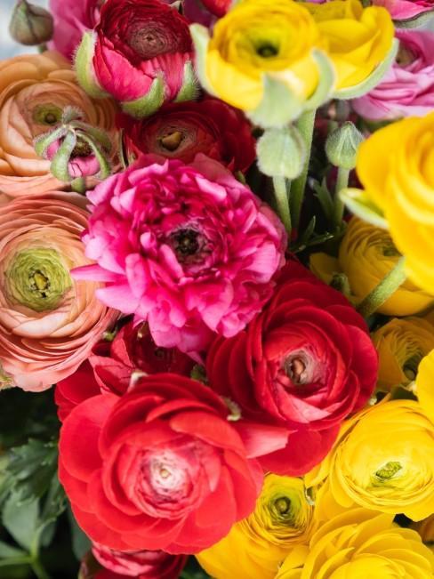 Strauß mit roten Blumen im Mix mit Rosa, Orange und Gelb