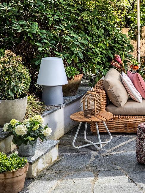 Terrasse dekorieren Pflanzen Sitzecke Sichtschutz