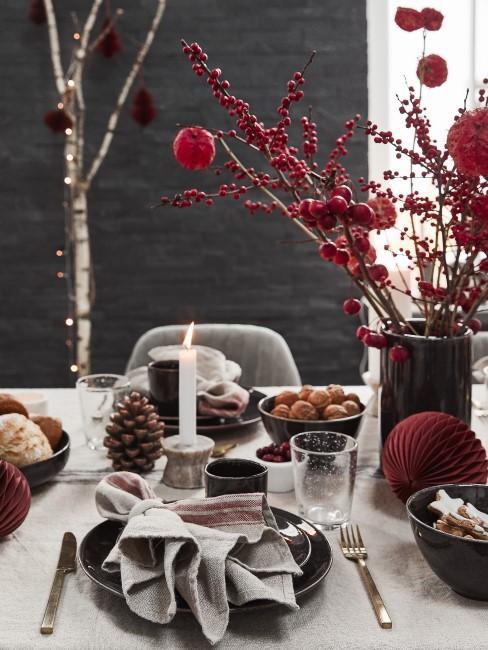 rote Blumen als Weihnachtsdeko auf dem Esstisch