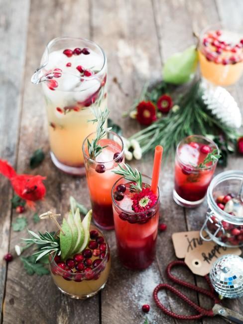 Rote Blumen und Beeren als Deko auf dem Esstisch