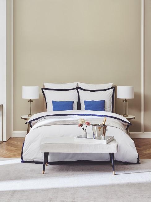 Hoteleinrichtung Hotelzimmer einrichten Weiss Blau Bett Bettbank