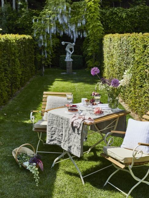 Schöne Gartengestaltung mit Gartenmöbeln aus Holz