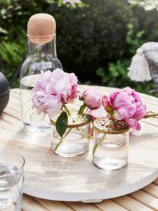 Blumen und Vasen im Garten