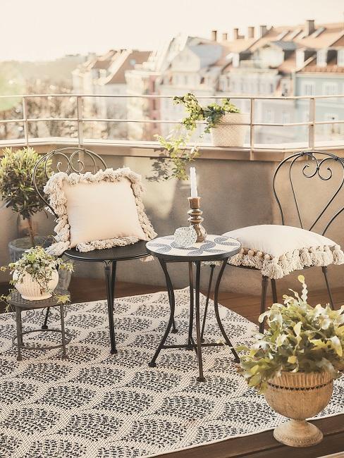 Verschieden Hängepflanzen auf einem Balkon