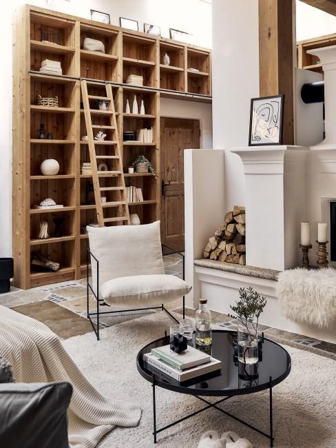 Hohes Bücherregal aus Holz