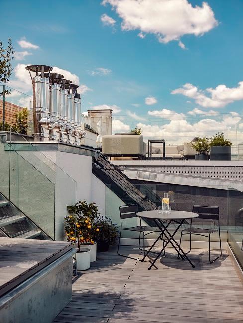 Dachterrasse mit Pflanzen Tisch und Stühlen