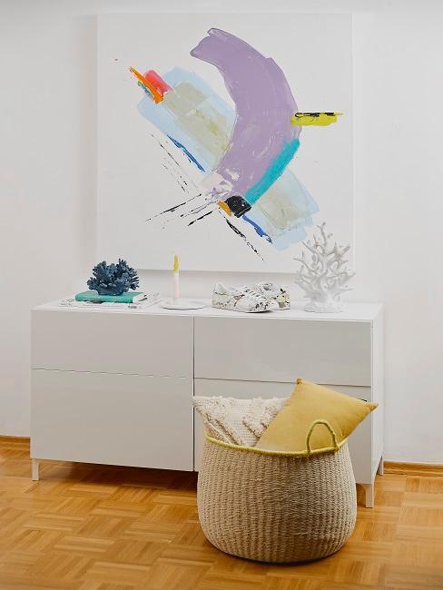 Weißes Sideboard vor großem abstrakten Bild