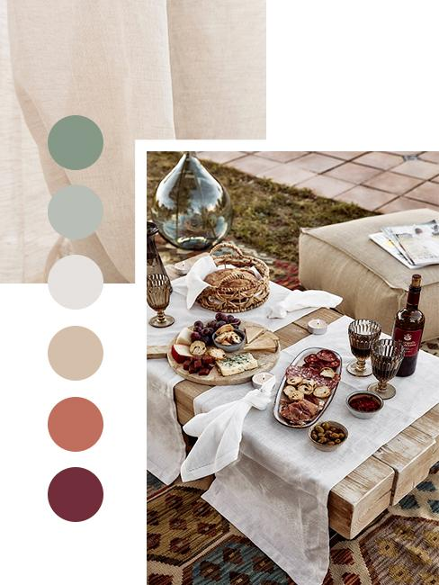 Gedeckter Tisch und Sitzpolster im Freien mit Herbstfarben