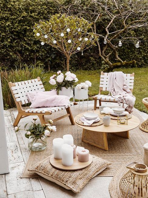 Sitzecke auf Terrasse mit schöner Deko