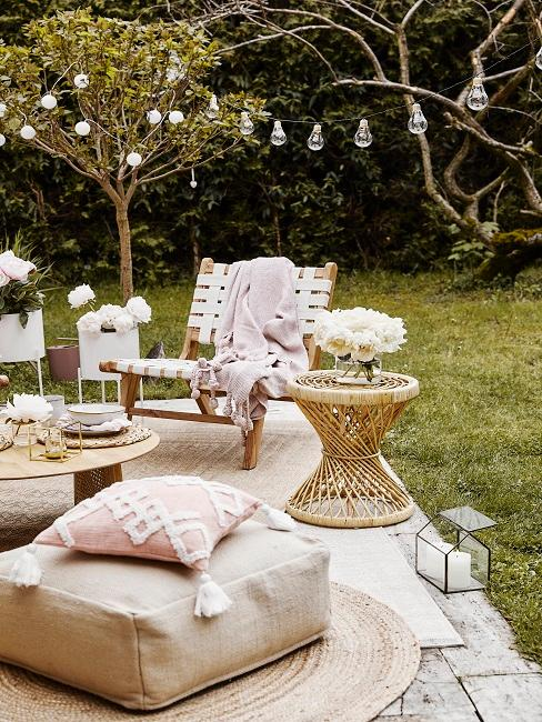 Sitzecke im Garten mit schöner Deko