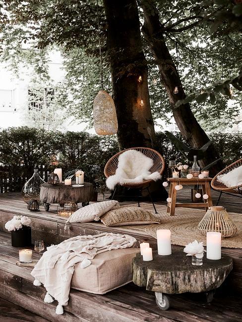 Gemütliche Sitzecke auf Holzterrasse