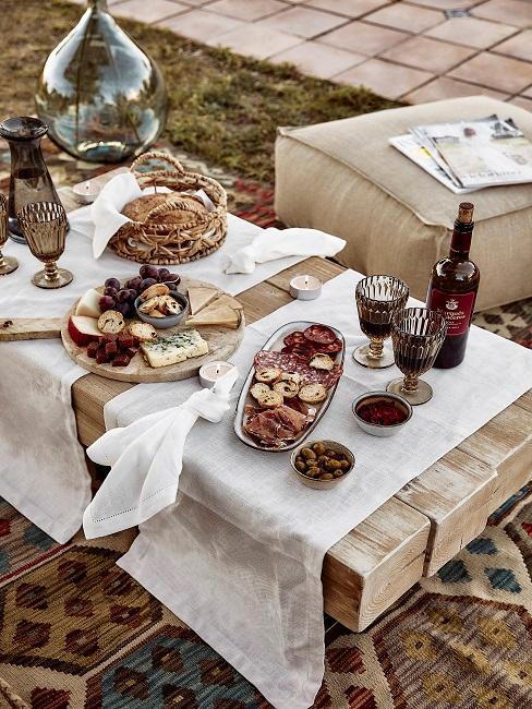 Gedeckter Tisch im Freien mit Snack und Aperatif