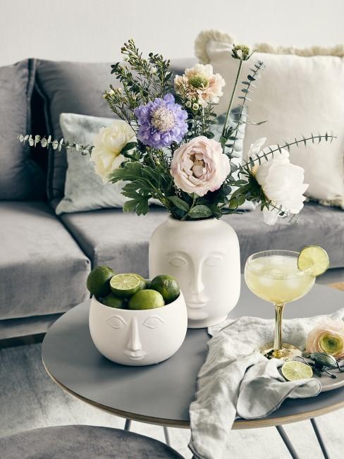 schöne Blumen in Vase mit lachendem Gesicht