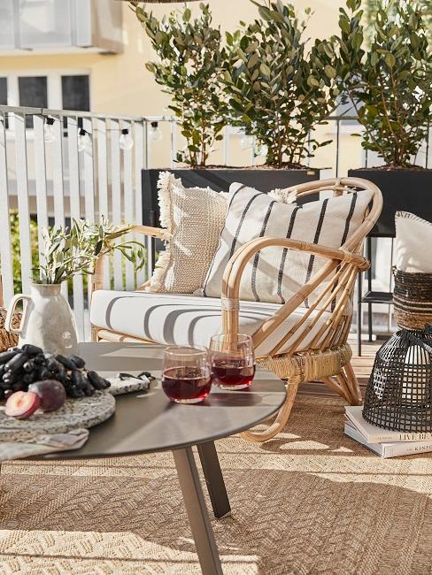 Balkon mit Lounge-Sessel und Pflanzen