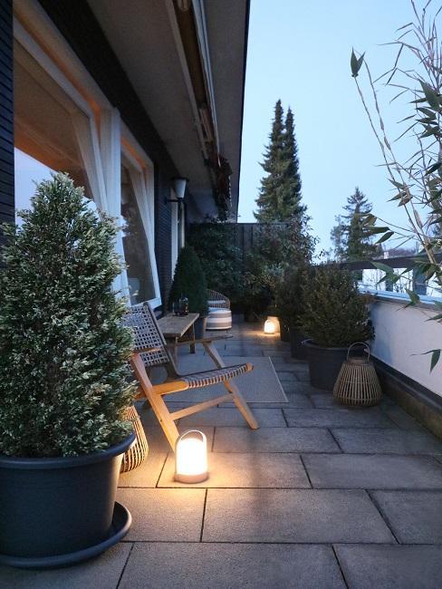 Balkon mit einer kleinen Leuchte während Abenddämmerung