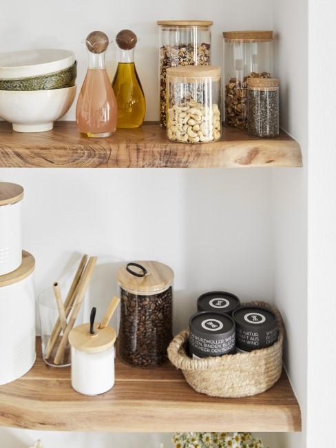 Gewürzregal in der Küche aus Holz