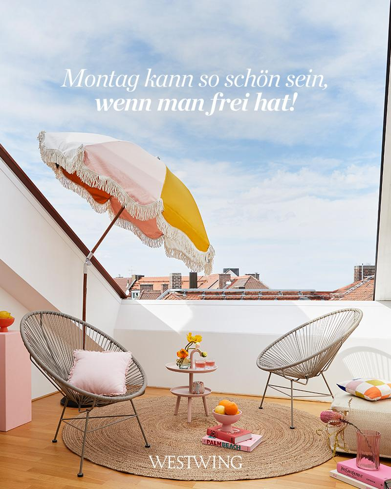 Bild mit Sonnenschirm und Stühlen und Montagsgruß