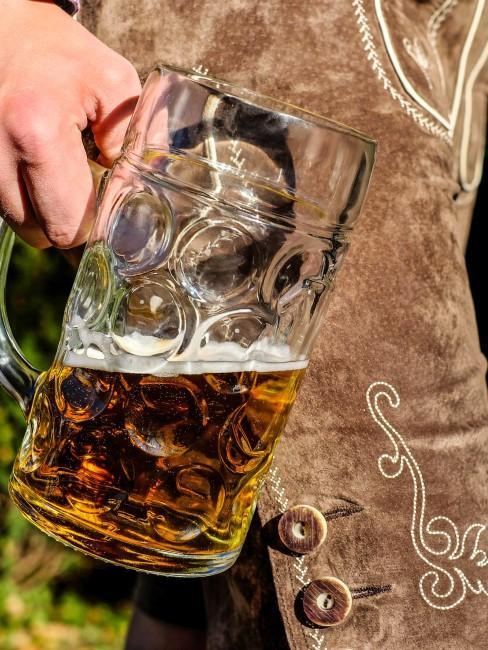 Trinksprüche bayerisch mit Bierkrug