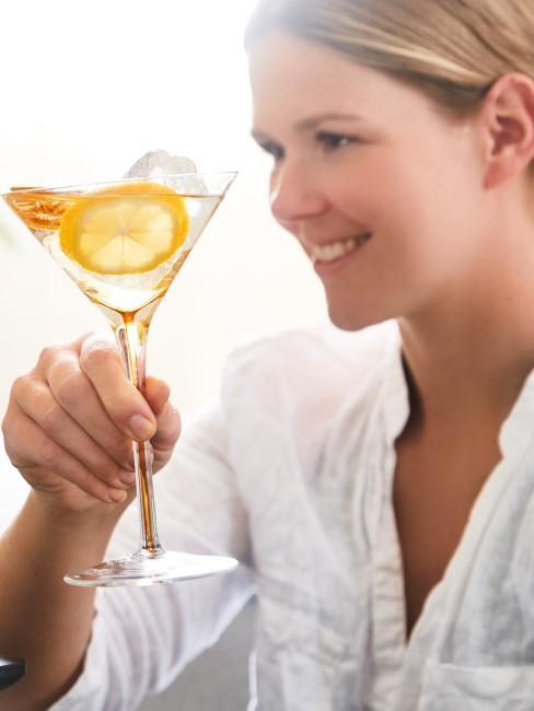 Trinksprüche zum Anstoßen Frau mit Cocktailglas