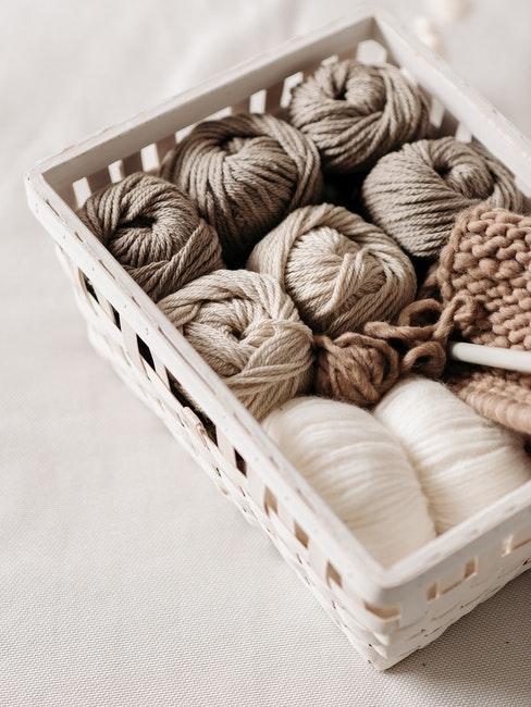 Wolle und Gestrick liegen in einer Kiste