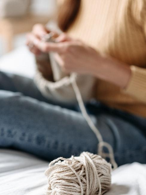 Stricken mit Wolle in Beige